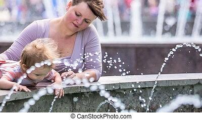 toucher, garçon, essayer, fontaine, bébé