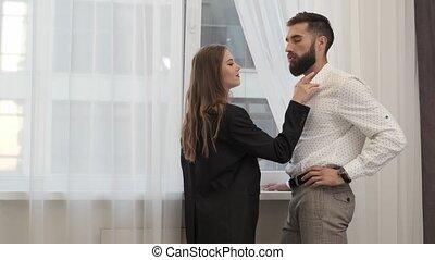 touchers, fonctionnement, amour, couple, maison, main., après, homme, jour fenêtre, femme