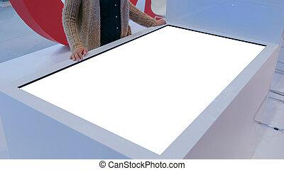 touchscreen, donna, terminale, usando, mostra, interattivo