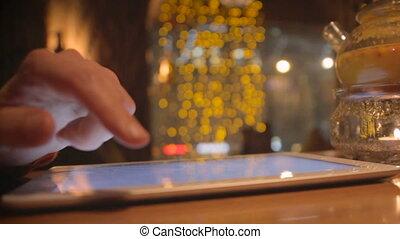 touchscreen, tablette, mains haut, numérique, fin, utilisation, café, homme