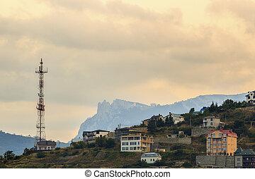 tour radio, et, a, bâtiment, dans montagnes, à, coucher soleil