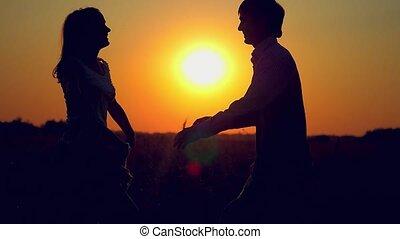 tourbillon, silhouette, couple étreindre, champ, coucher soleil, bonheur