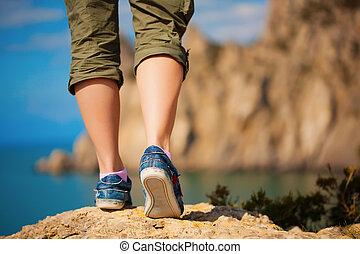 tourism., weibliche , füße, in, turnschuhe