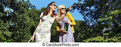 tourisme, femmes, parc, deux, rire