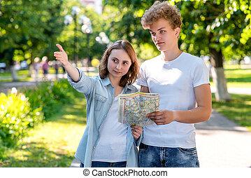 tourist., été, marche, map., parc, nature., direction, movement., jeune, passer-by, tenant mains, aller, girl, homme, où, couple, route, spectacles