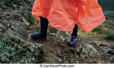 tourist, frau, in, orange, regenmantel, blau, regen startet,...