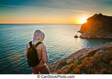 tourist, junger, sonnenuntergang, hügel, meer, genießen