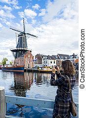 tourist, m�dchen, gleichfalls, machen fotos, von, traditionelle , niederländisch, windmühle