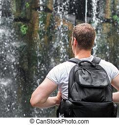 tourist, mit, rucksack, bei, waterfall., raum, für, dein,...