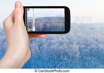 tourist, photographien, thermometer, in, kalte , winter, tag