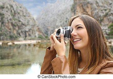 tourist, reisender, frau, fotografieren, a, landschaftsbild, in, der, berg