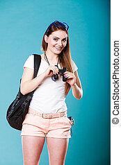 tourist, woman, aussieht, durch, fernglas, auf, blaues