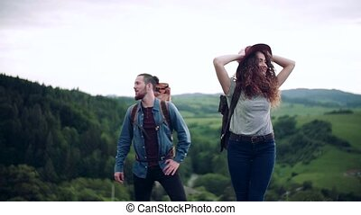 touriste, couple, sacs dos, jeune, randonnée, nature., voyageurs