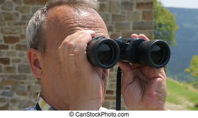 touriste, jumelles, mâle, regarder travers