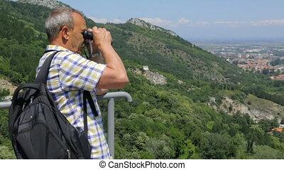 touriste, jumelles, regarder travers