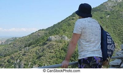 touriste, montagne, regarder bas