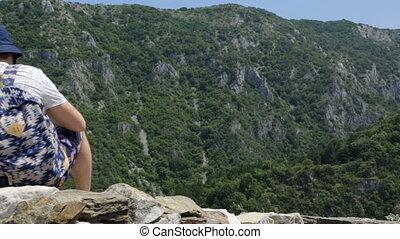 touriste, mur, montagnes, pierre