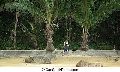 touriste, photos., prendre, solitaire, assied, plage