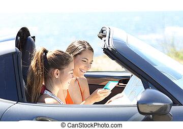 touristen, in, a, umwandelbares auto, suchen, bestimmungsort, online