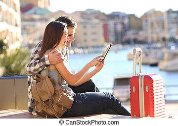 touristes, consultant, couple, tablette, vacances