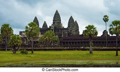 Tourists Strolling at Angkor Wat in Timelapse. Video -...