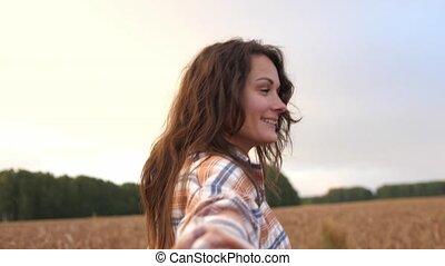 tourner, blé, me, travers, pattes, brunette, joli, sourire., concept, suivre, femme, mûre, champ