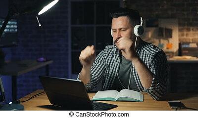 tourner, bureau, ordinateur portable, travail, lampe, séduisant, nuit, fermé, finir, homme