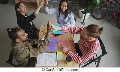 tout, bureau, business, séance, donner, sommet, ensemble, haut cinq, multi-ethnique, collègues, équipe, table, start-up, vue