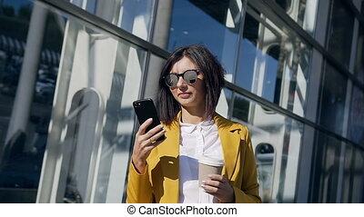 tout, bureau, moderne, pendant, debout, fonctionnement, -, jeune, intelligent, lunettes soleil, centre, coupure, téléphone, rue, déjeuner, utilisation, boire, work., café, ceci, femme affaires, professionnel