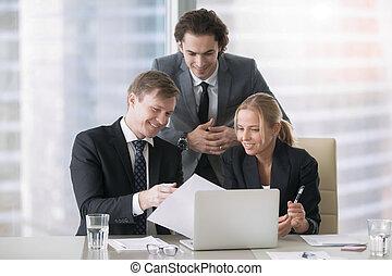 towarzystwo, wzrost, dyskutując, businesspeople