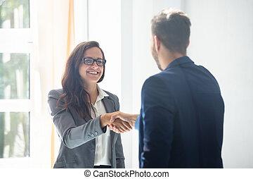 towarzysz, kobieta interesu, potrząsanie, jej, siła robocza