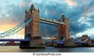 Tower Bridge in London, UK, time la