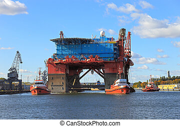 The introduction of a drilling rig to a shipyard for repairs. Photo taken on: October 12, 2010