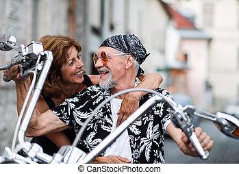 town., jókedvű, párosít, mozgó szerkezetek, idősebb ember,...