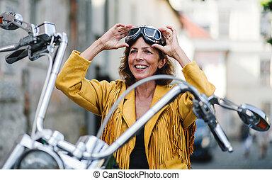 town., nő, jókedvű, utazó, motorkerékpár, idősebb ember