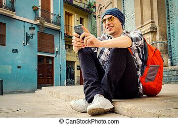 town., smartphone, モデル, 床, 若い, 通り, 人, 使うこと, ハンサム, ヨーロッパ