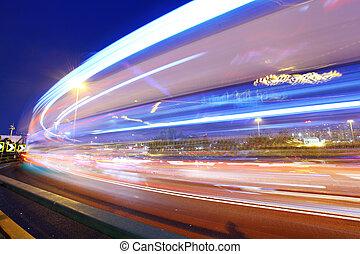 tráfego, através, cidade, noturna