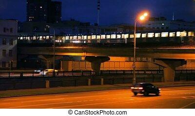 tráfego, de, carros, e, trilho claro, trem, em, noturna,...