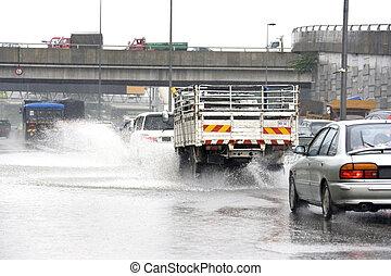 tráfego, em, torrential, chuva