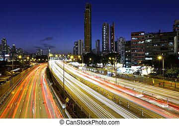 tráfico de la ciudad, por la noche