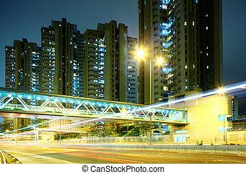 tráfico, en, ciudad, por la noche