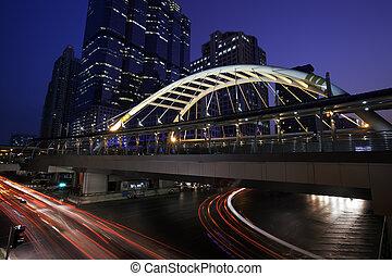 tráfico, en, urbano, ciudad, por la noche