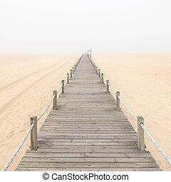 trä gångbro, på, a, dimmig, sand strand, bakgrund.,...