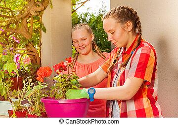 trädgård, arbete, flickor, två, tillsammans, lycklig