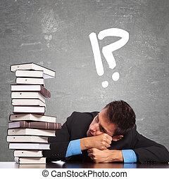 trætt, lov, student, kigge hos, en, stor, stabl af bøger