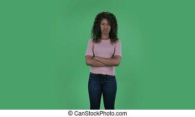 très, brunette, lent, beige, motion., haussements, beau, ondulé, écran, regarder, femme, studio., chemisier, portrait, cheveux, vert, offensé, américain, jeune, africaine, épaules., appareil photo, brûlé, jean