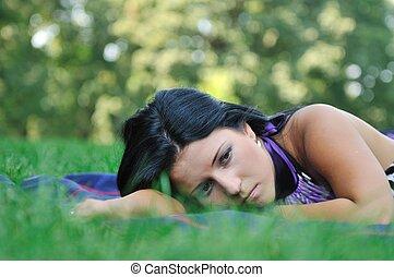 très, triste, -, jeune femme, dans, herbe