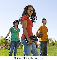 três, adolescentes, com, bíblia