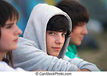 três, adolescentes, sentado, junto