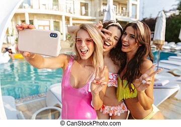 três, alegre, mulheres jovens, em, swimwear